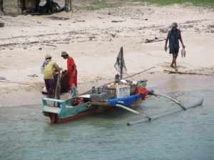 Nelayan dengan ikan pari
